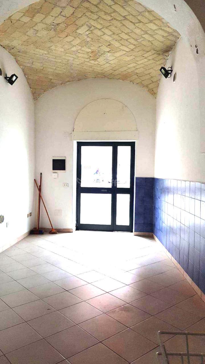 Fondo/negozio - 1 vetrina/luce a Centro, Sassari