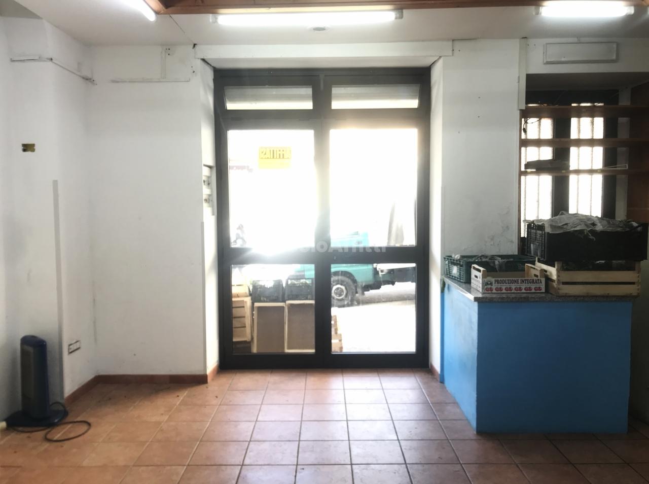 Fondo/negozio - 1 vetrina/luce a Centro, Catanzaro