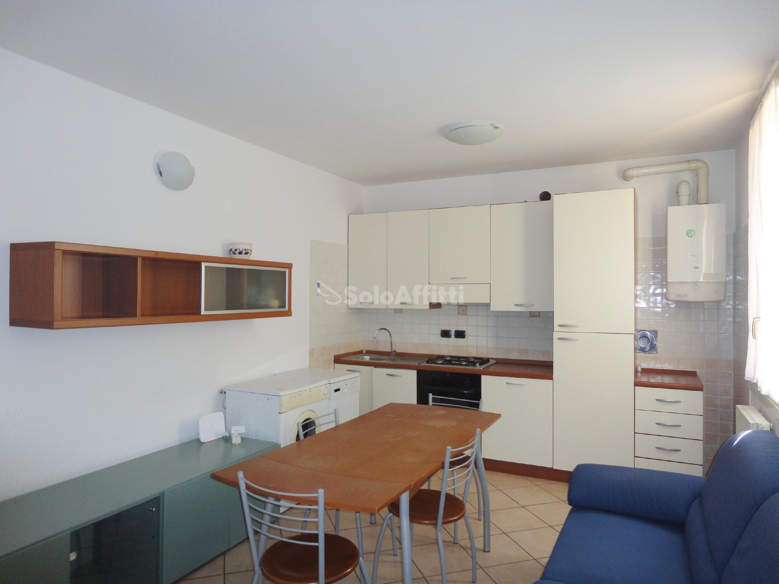 01 - Sala con parete cucina.jpg