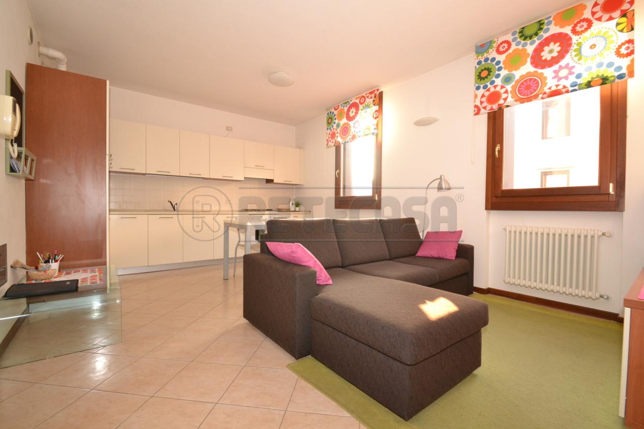 Appartamento in ottime condizioni arredato in affitto Rif. 8801696