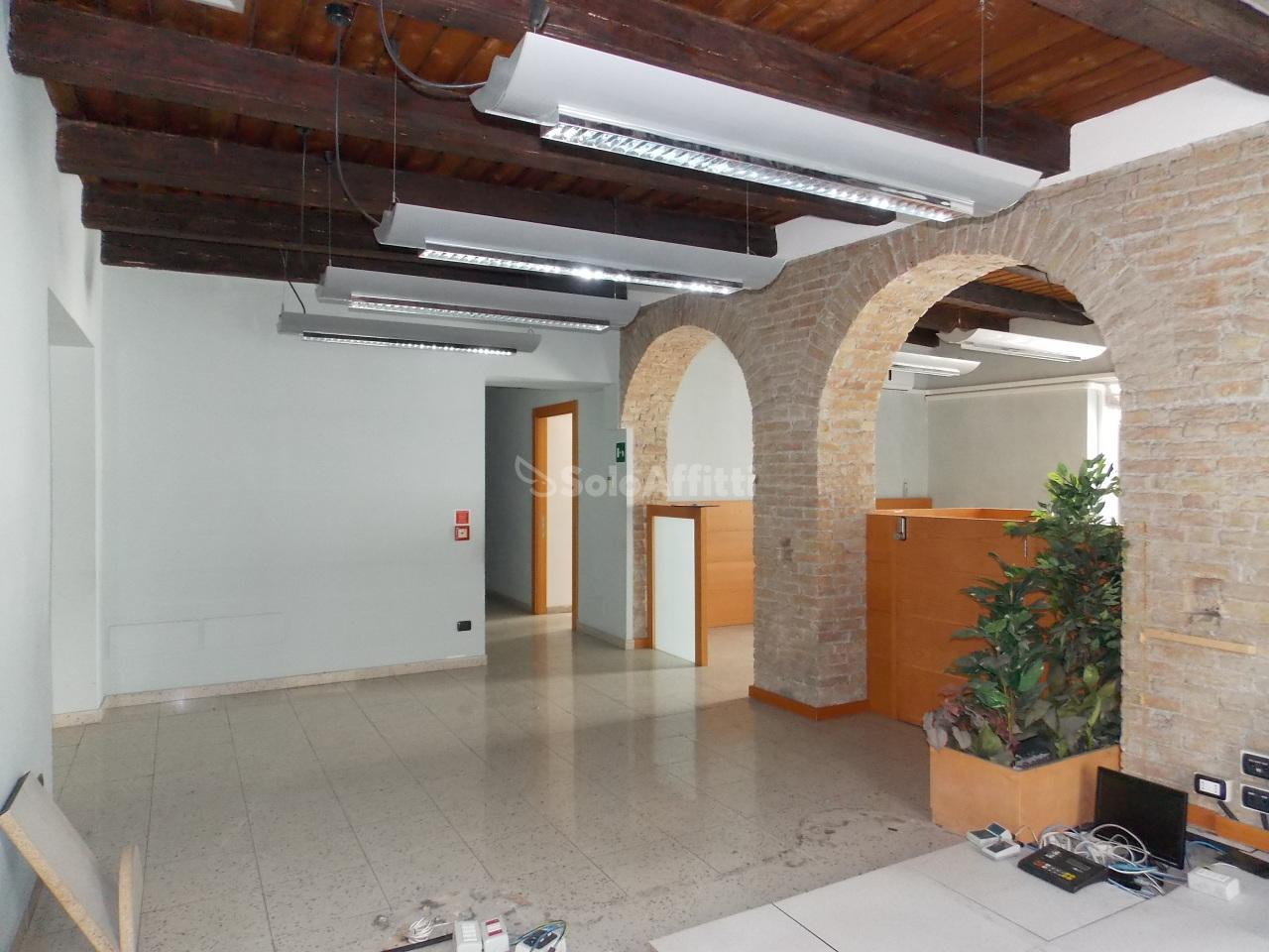 Fondo/negozio - 3 vetrine/luci a Centro storico, Catanzaro Rif. 4133825