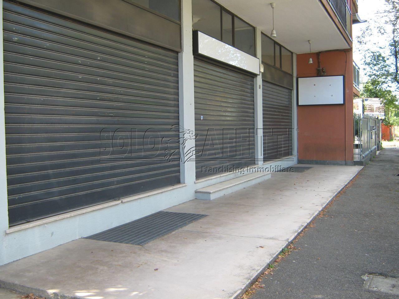 Affitto fondo negozio 3 vetrine luci arredato for Affitto bovisio masciago arredato