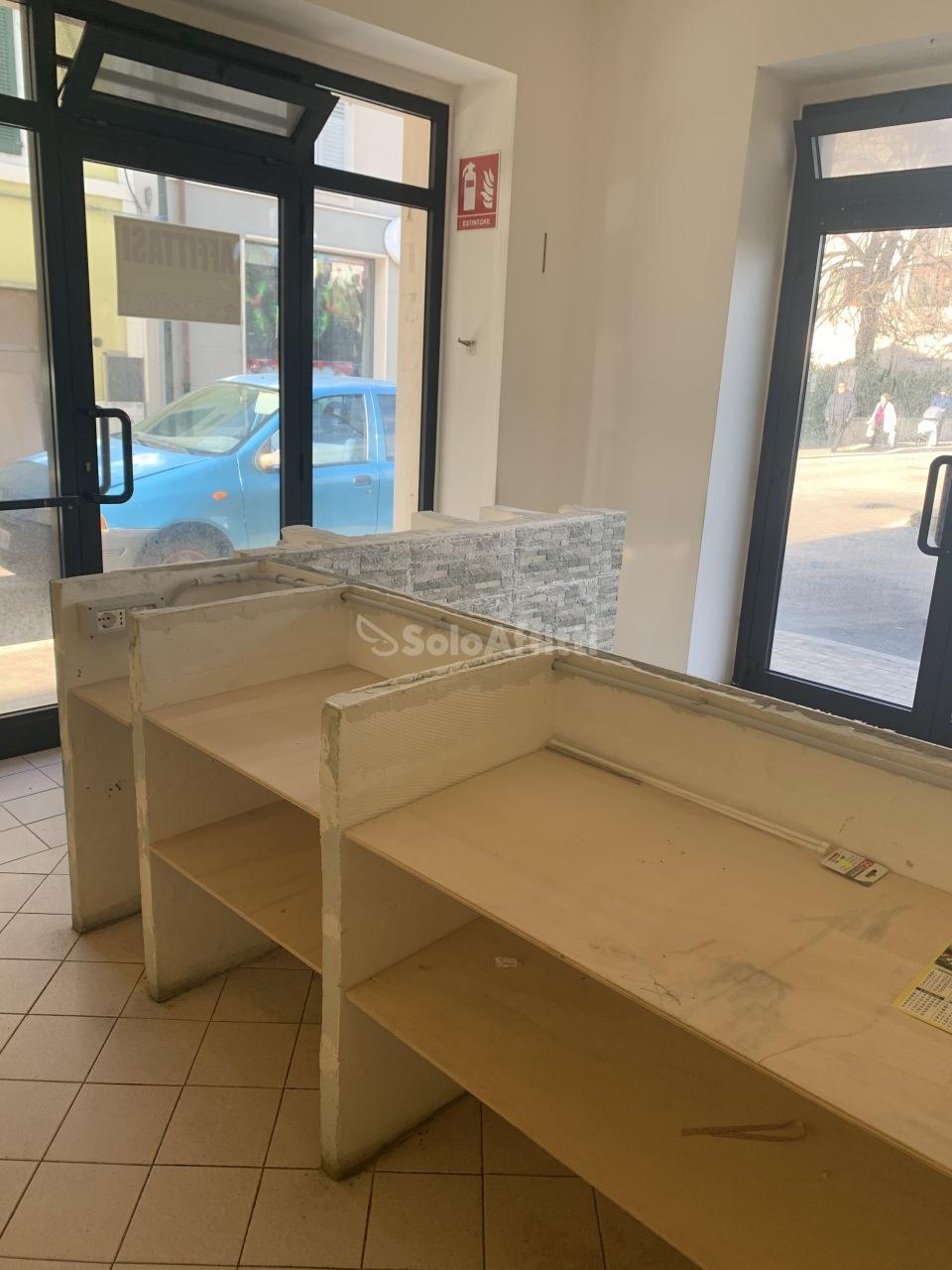 Fondo/negozio - 2 vetrine/luci a San Benedetto del Tronto Rif. 11702430