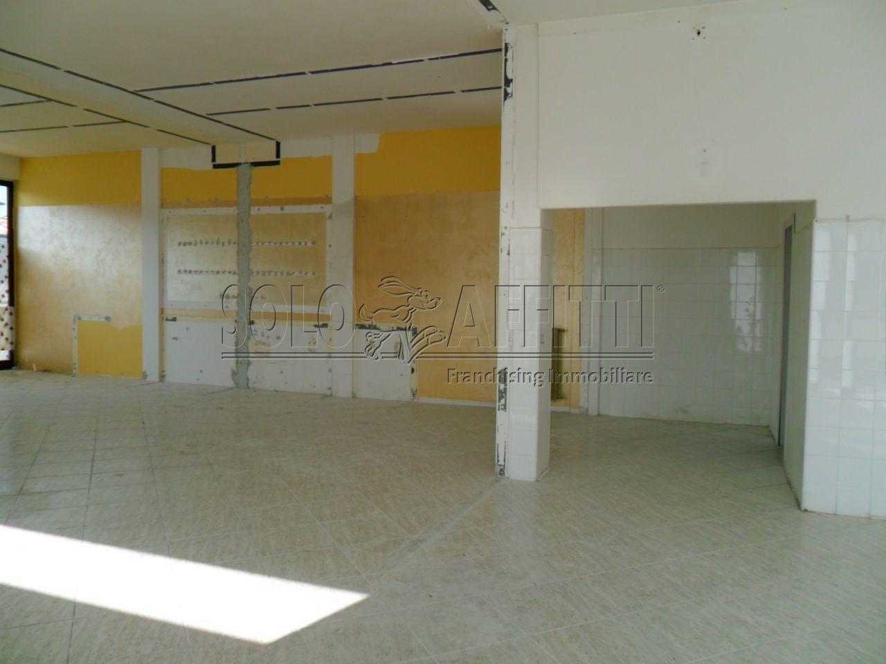 Fondo/negozio - 2 vetrine/luci a Gallodoro, Jesi