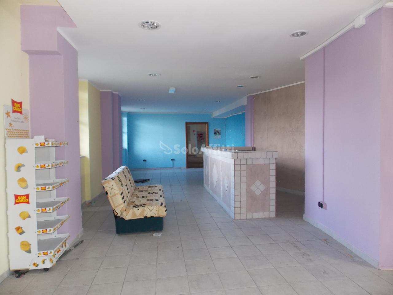 Fondo/negozio - 1 vetrina/luce a Giardini, Catanzaro Rif. 8801753