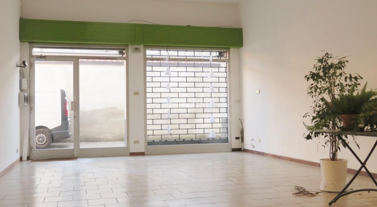 Fondo/negozio - 1 vetrina/luce a Canegrate