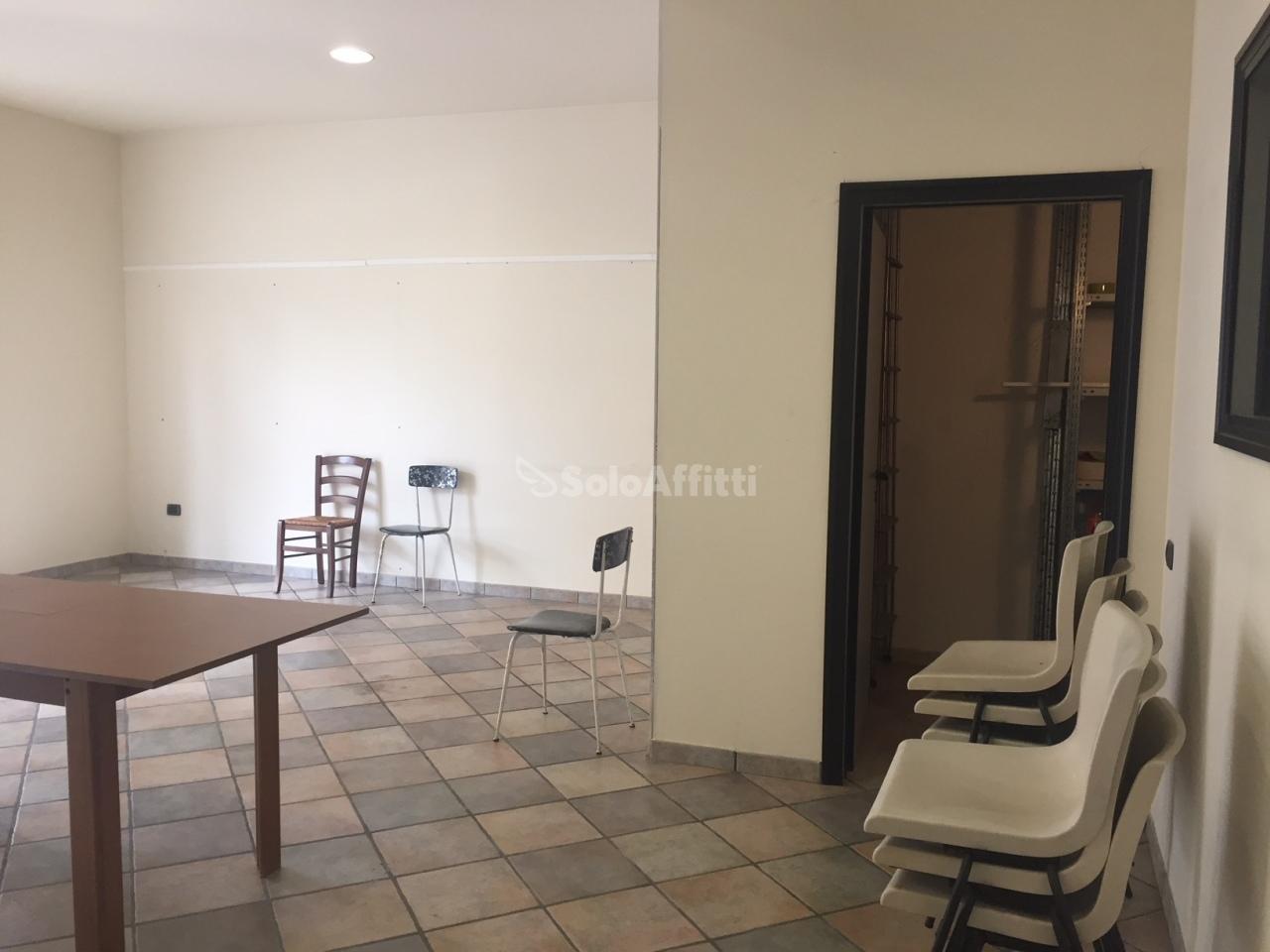 Fondo/negozio - 1 vetrina/luce a Macerata Rif. 9847196