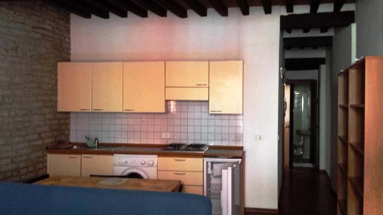 Bilocale in buone condizioni arredato in affitto Rif. 9463238