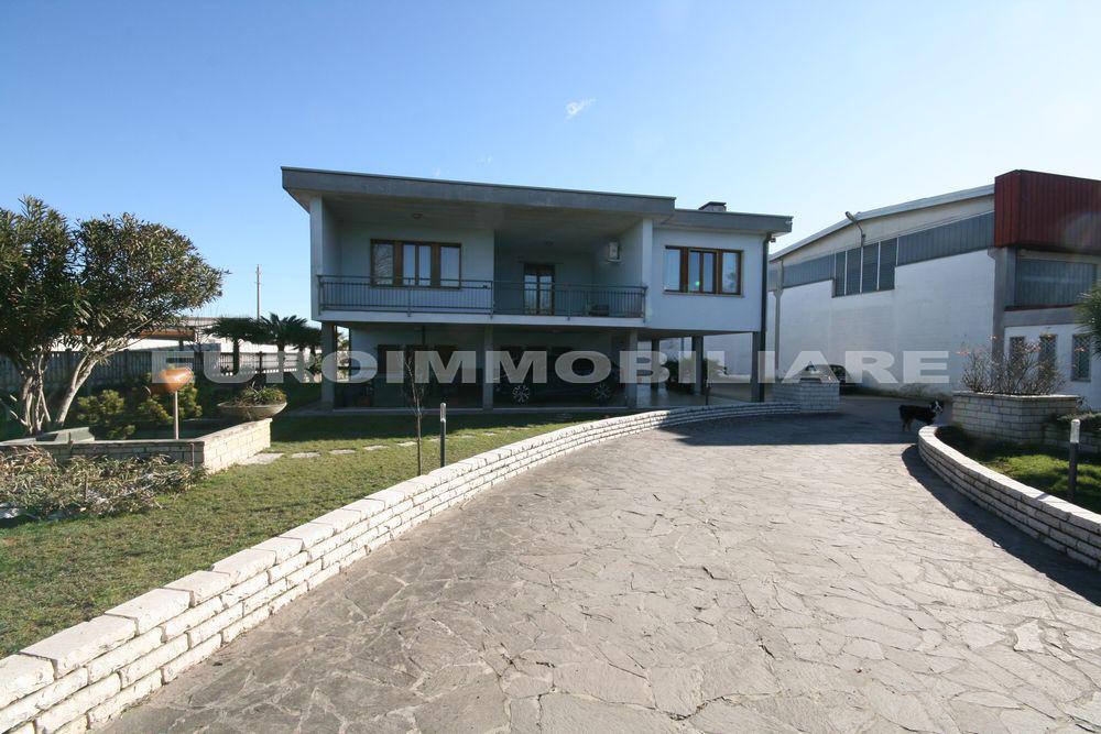 Villa in vendita a Remedello, 10 locali, prezzo € 398.000 | CambioCasa.it