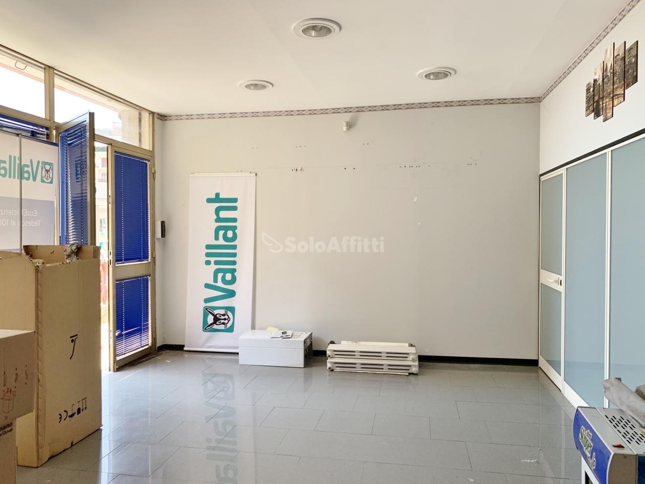 Fondo/negozio - 2 vetrine/luci a Rione De Filippis, Catanzaro Rif. 10589593