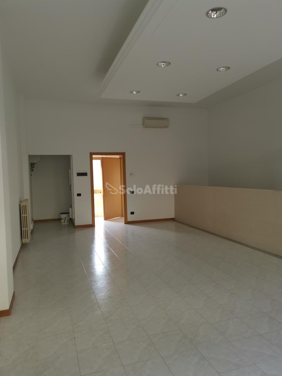 Fondo/negozio - 2 vetrine/luci a Solaro Rif. 10436589