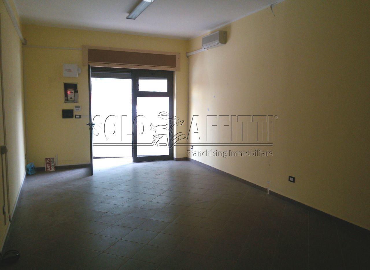 Fondo/negozio - 1 vetrina/luce a Lido Fortuna, Catanzaro