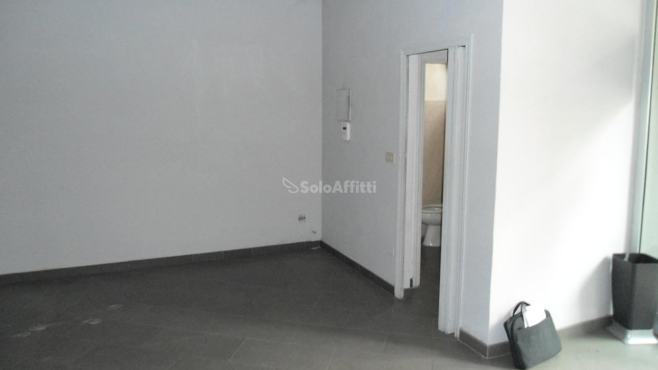 Fondo/negozio - 1 vetrina/luce a Centro, Senigallia
