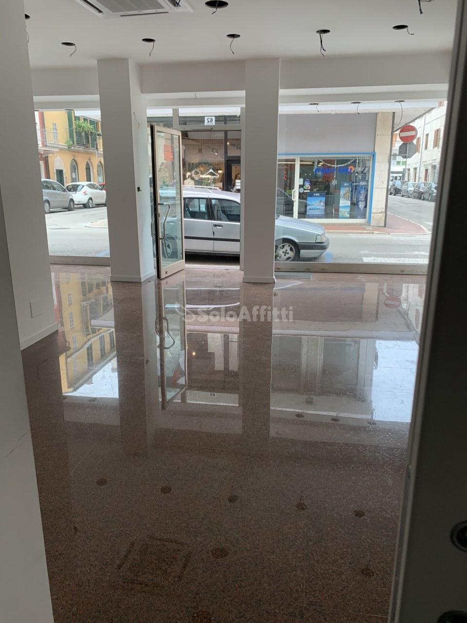 Fondo/negozio - 3 vetrine/luci a San Benedetto del Tronto Rif. 11681662