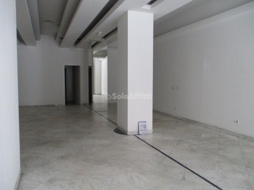 Fondo/negozio - 1 vetrina/luce a Centro, Livorno Rif. 4131526