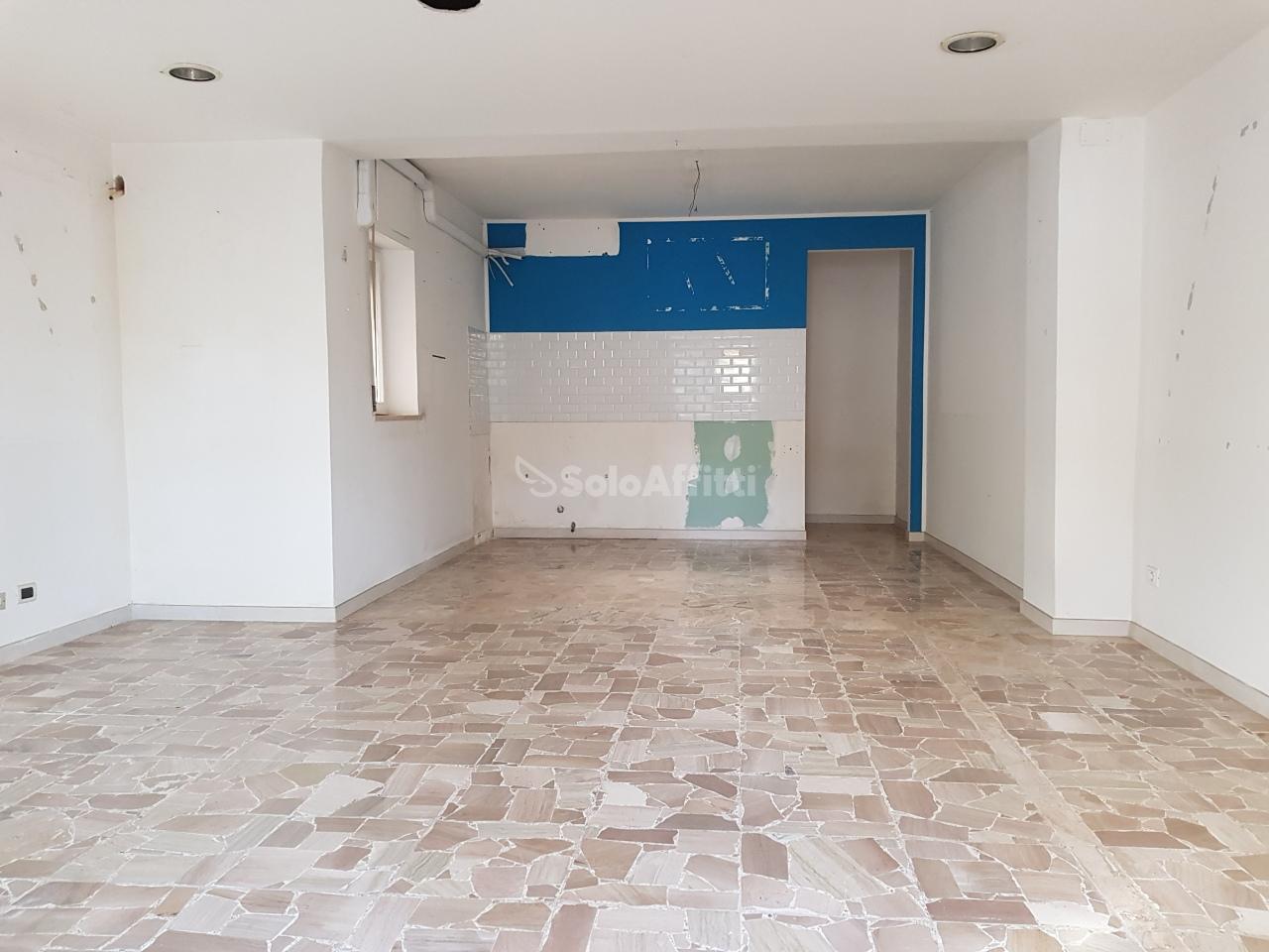 Fondo/negozio - 1 vetrina/luce a Via Di Sotto, Pescara