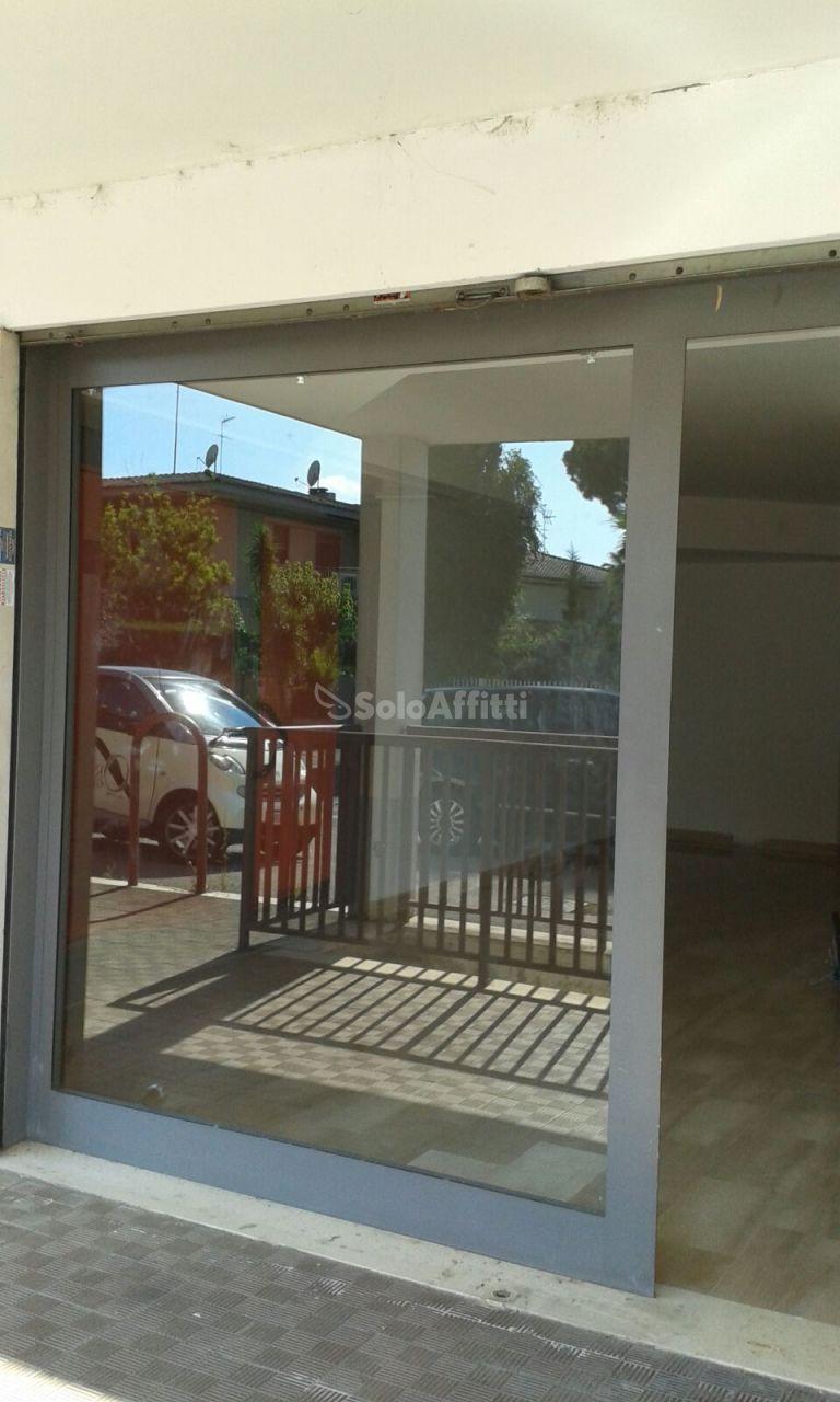Fondo/negozio - 2 vetrine/luci a Borgo Isonzo, Latina Rif. 10862937