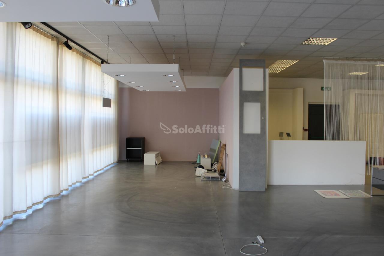 Fondo/negozio - 3 vetrine/luci a Val di Chiana, Foiano della Chiana