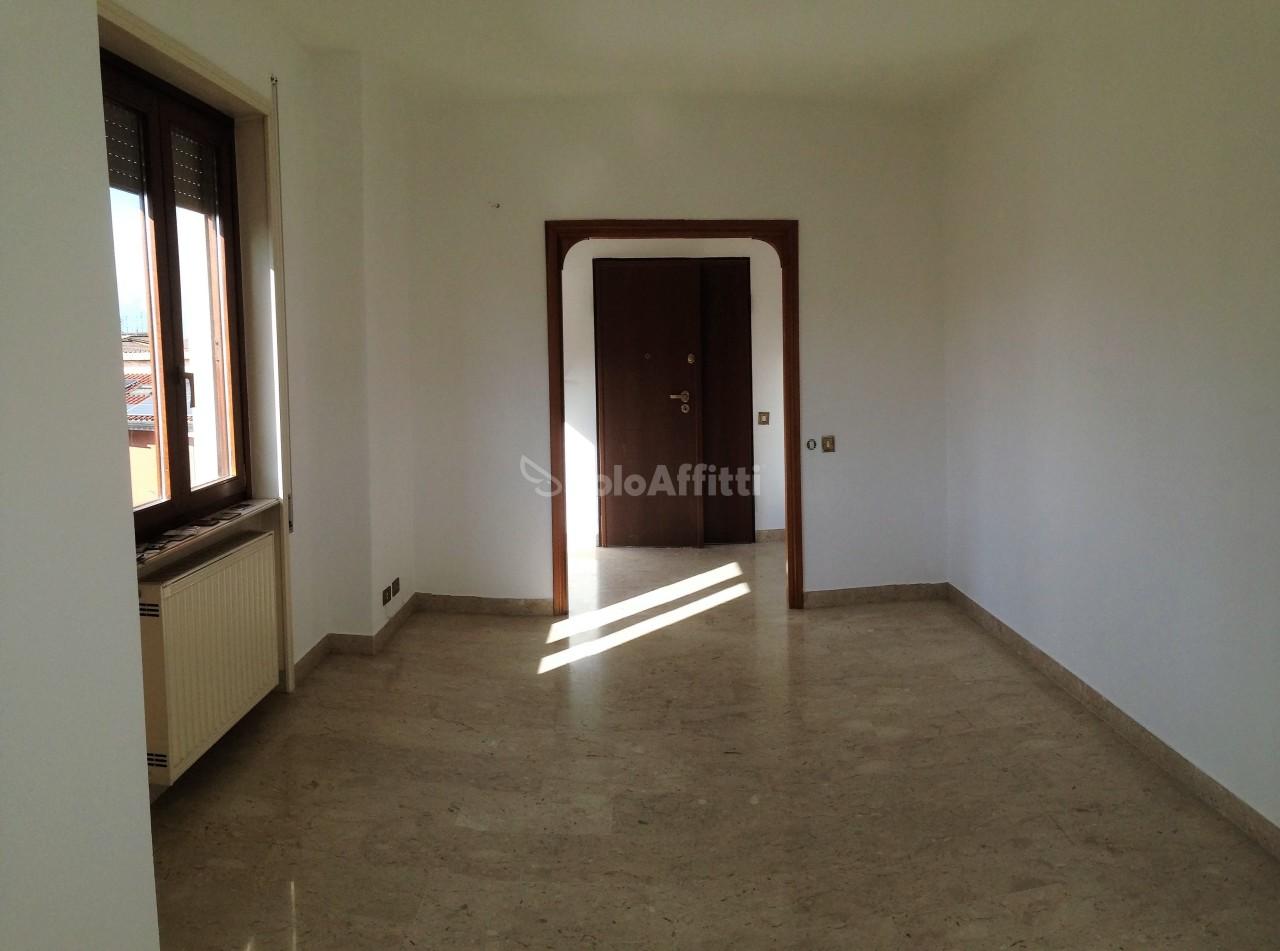 Trilocale in buone condizioni in affitto Rif. 11553643