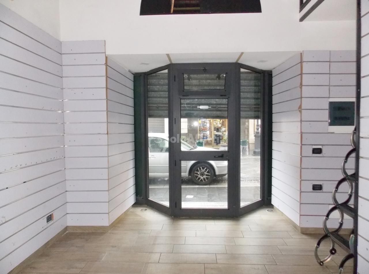 Fondo/negozio - 1 vetrina/luce a Centro storico, Catanzaro Rif. 9847221