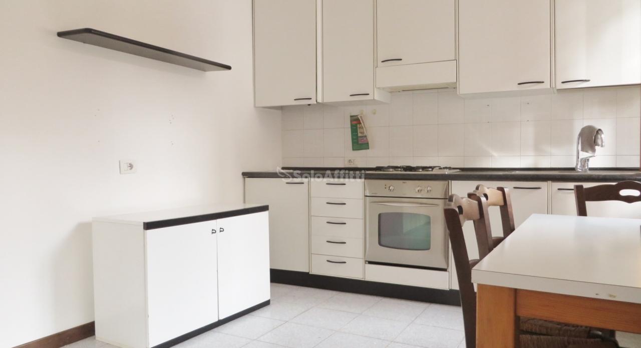Monolocale in buone condizioni arredato in affitto Rif. 12212532