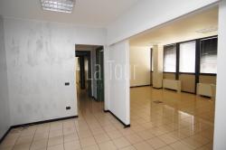 Ufficio in Affitto a Aosta, 650€, 100 m², con Box