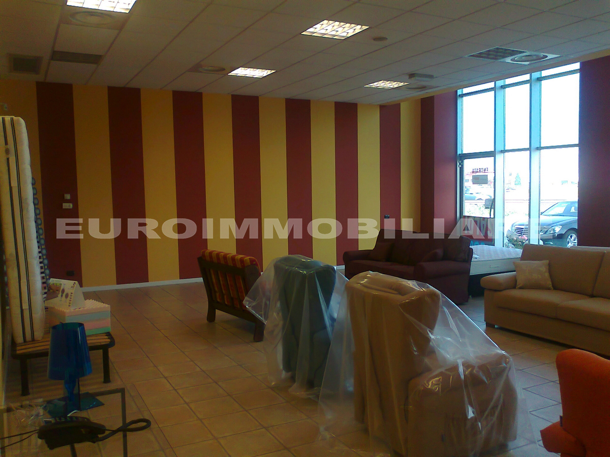 Negozio / Locale in affitto a Poncarale, 3 locali, prezzo € 2.000 | CambioCasa.it