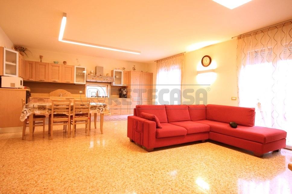 Appartamento in vendita a Chiampo, 6 locali, prezzo € 255.000 | CambioCasa.it
