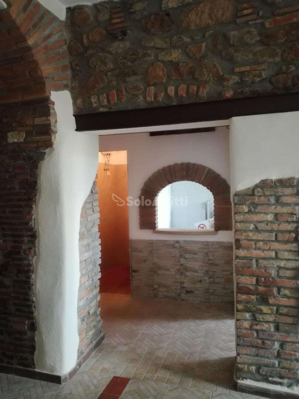Fondo/negozio - 1 vetrina/luce a Cisterna di Latina Rif. 9315578