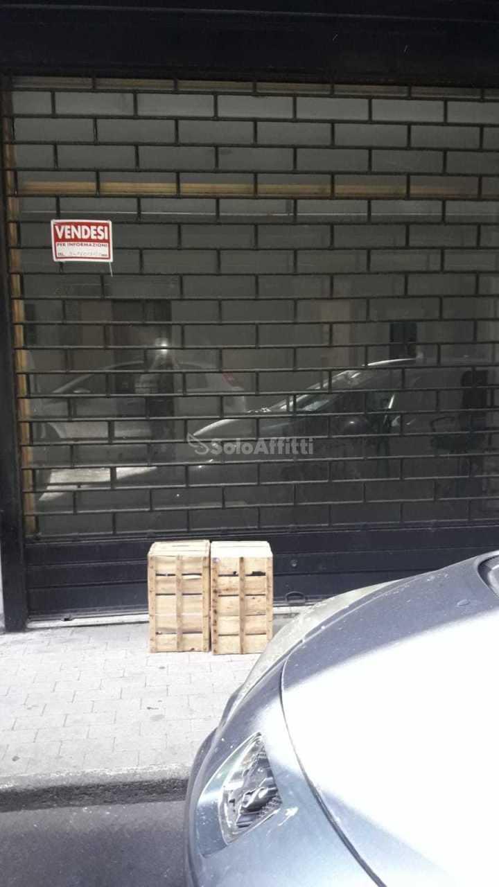 Fondo/negozio - 1 vetrina/luce a Vulcania, Catania Rif. 10452047