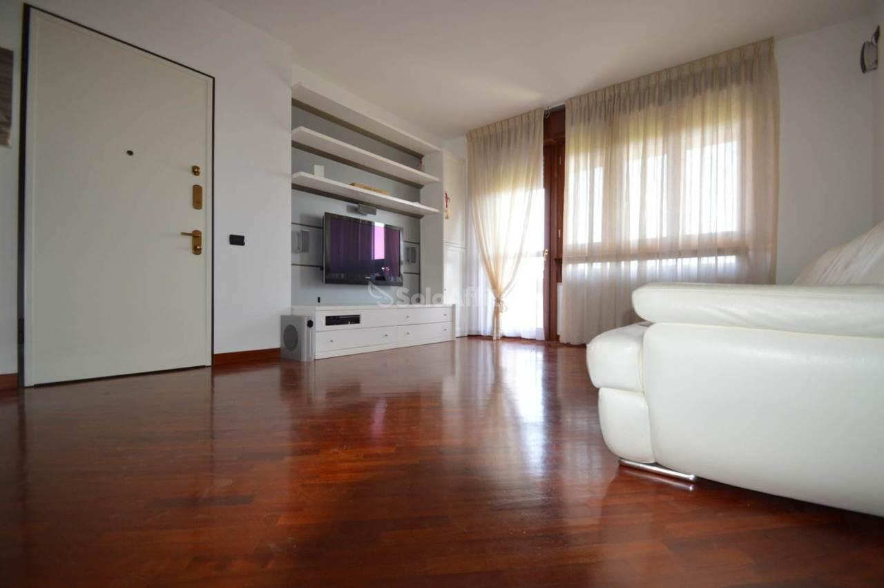 Quadrilocale in buone condizioni arredato in affitto Rif. 10689419
