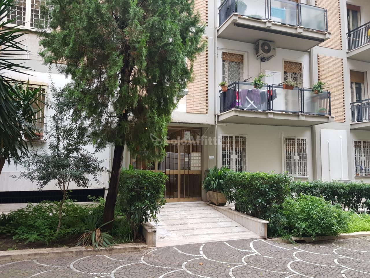 Stanza / posto letto in buone condizioni arredato in affitto Rif. 11674344