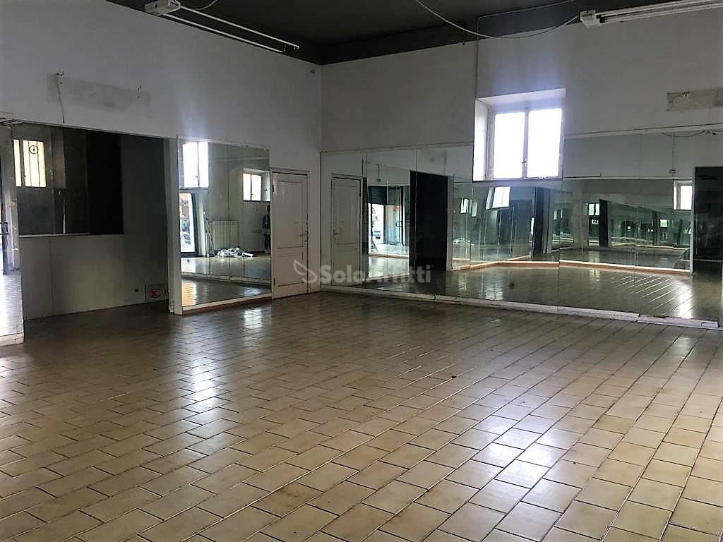 Fondo/negozio - 2 vetrine/luci a Via Romana, Arezzo
