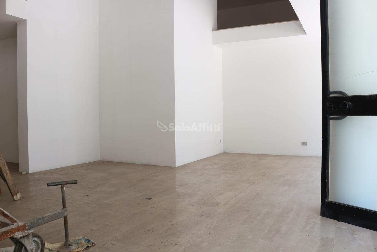 Fondo/negozio - 2 vetrine/luci a Latina Rif. 10631454