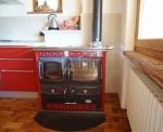 particolare della cucina a legna