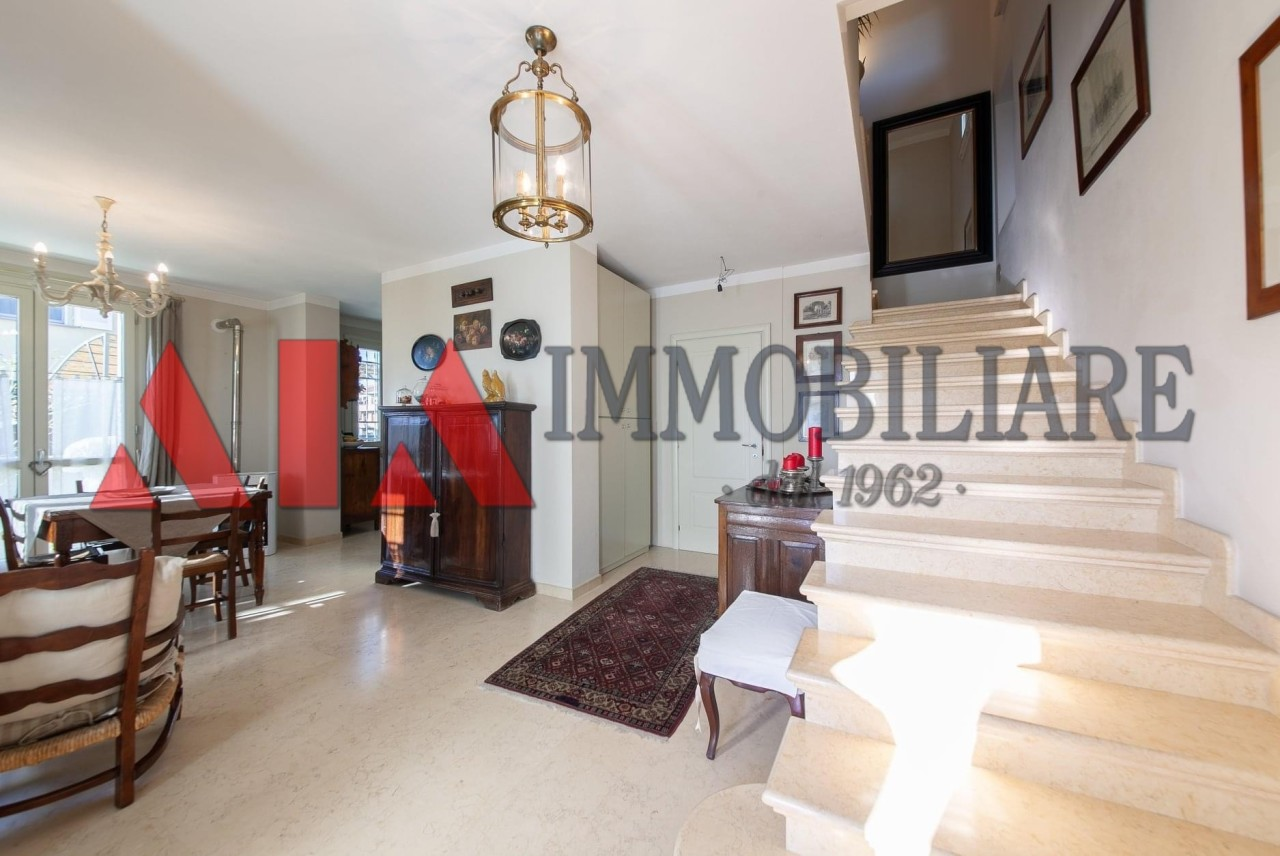 Villa in vendita a Ponsacco, 9 locali, prezzo € 500.000 | CambioCasa.it