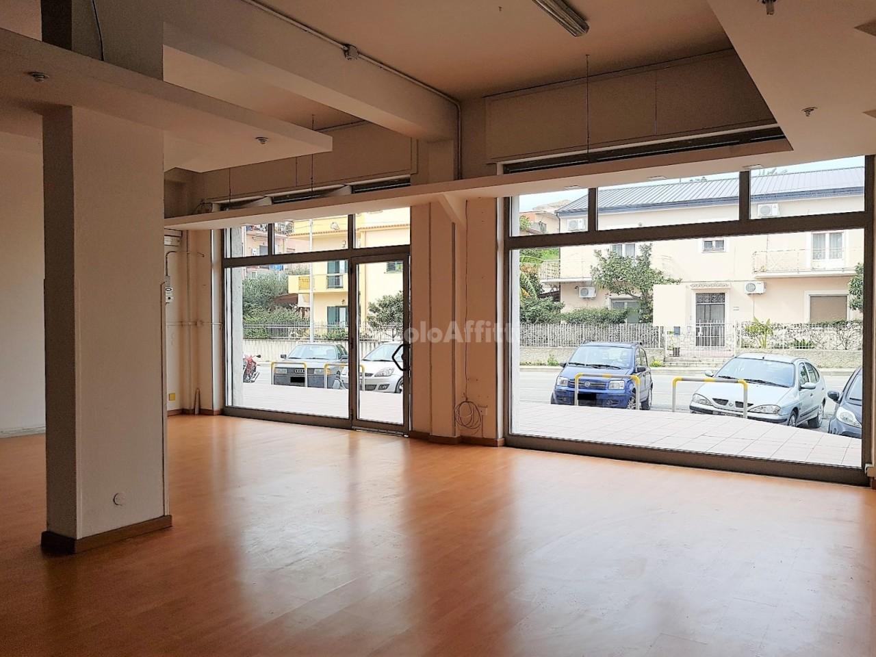 Fondo/negozio - 2 vetrine/luci a Lido Casciolino, Catanzaro