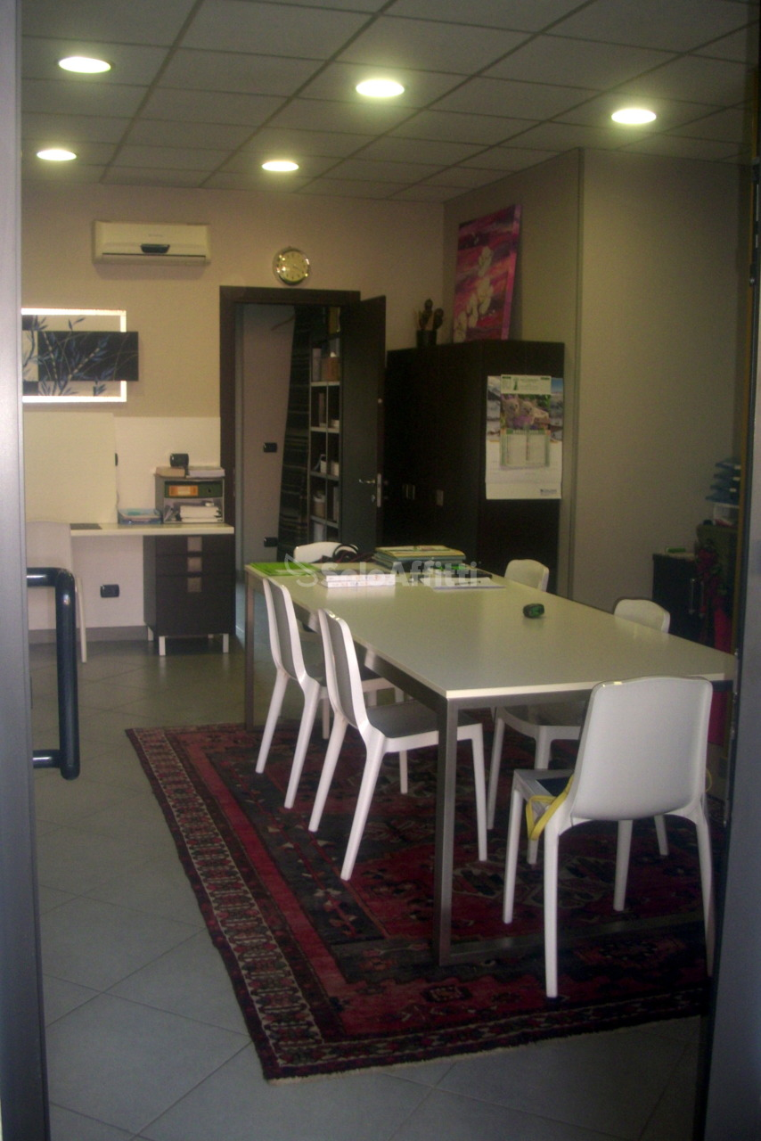 Fondo/negozio - 1 vetrina/luce a Centro, Grugliasco Rif. 10090637
