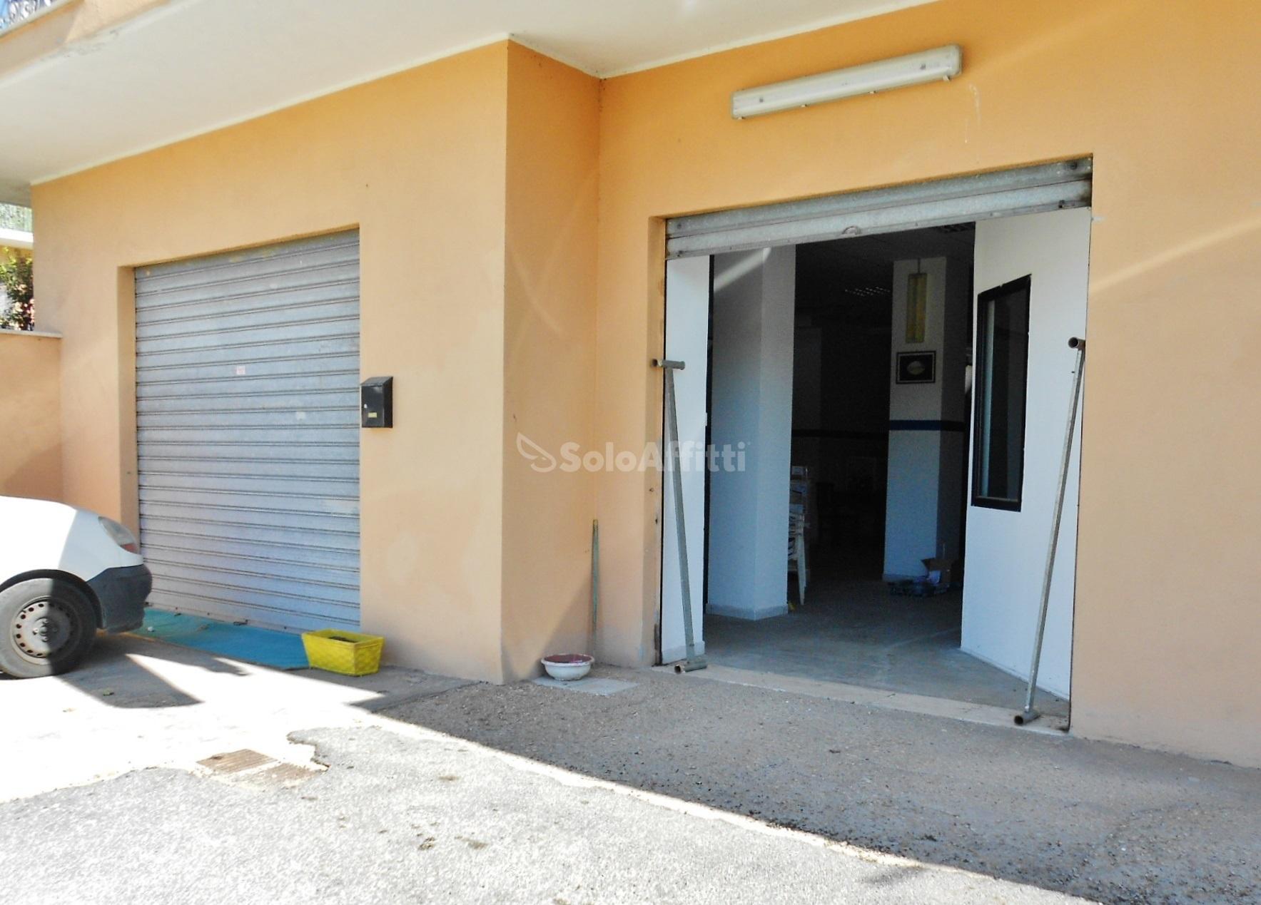 Fiumicino Isola Sacra - negozio due vetrine