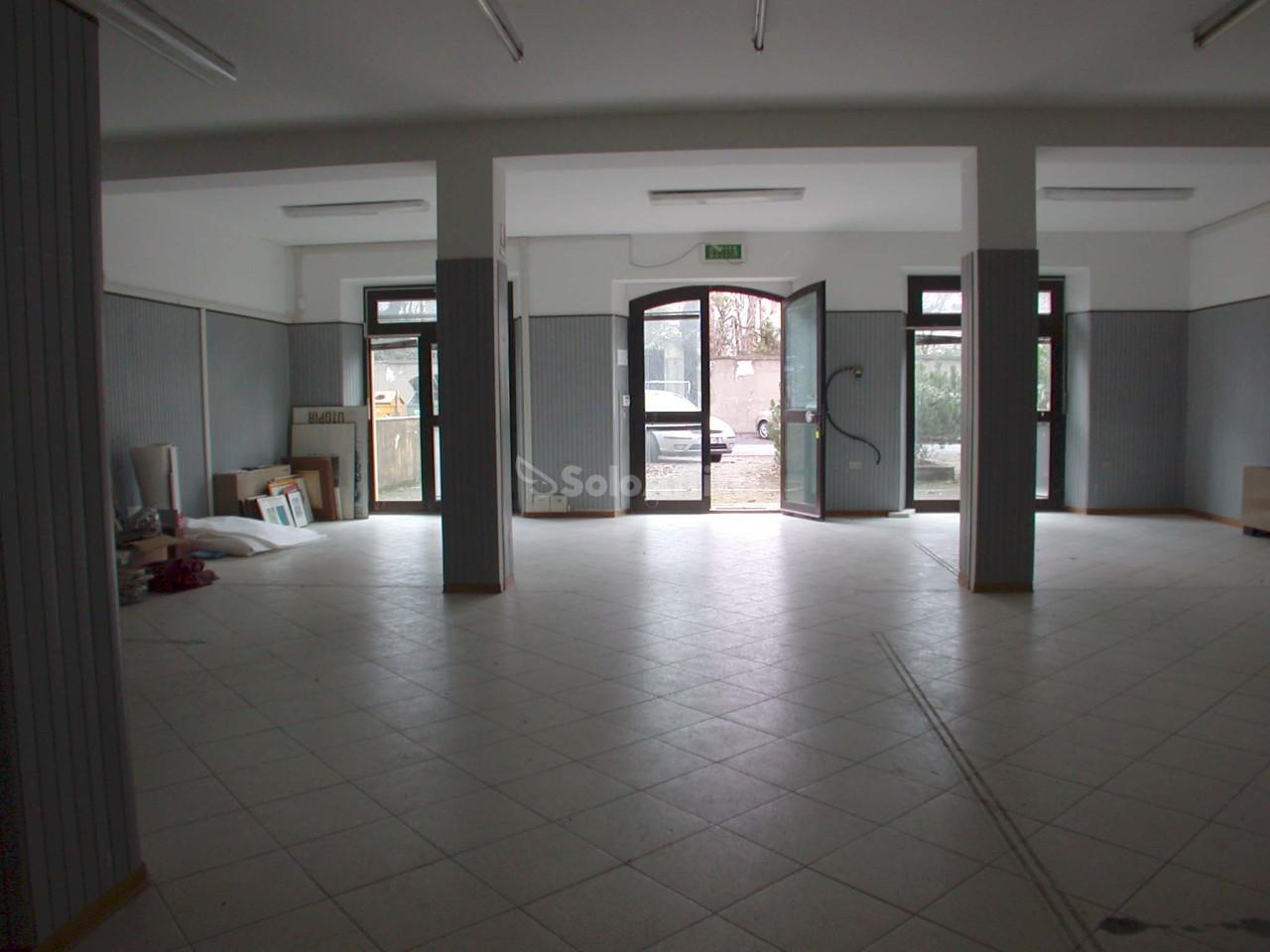 Fondo/negozio - 3 vetrine/luci a Don Gentili - Passeggi, Fano