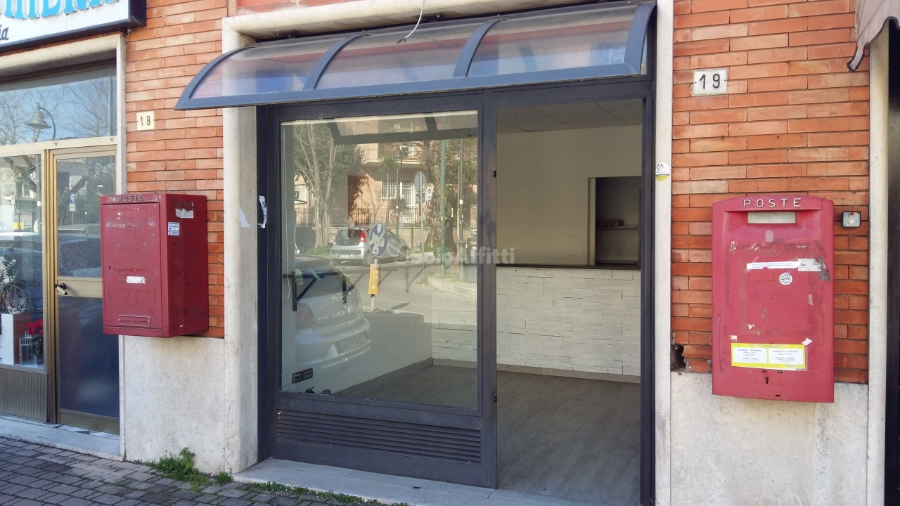 Fondo/negozio - 1 vetrina/luce a Grottaferrata Rif. 10701847
