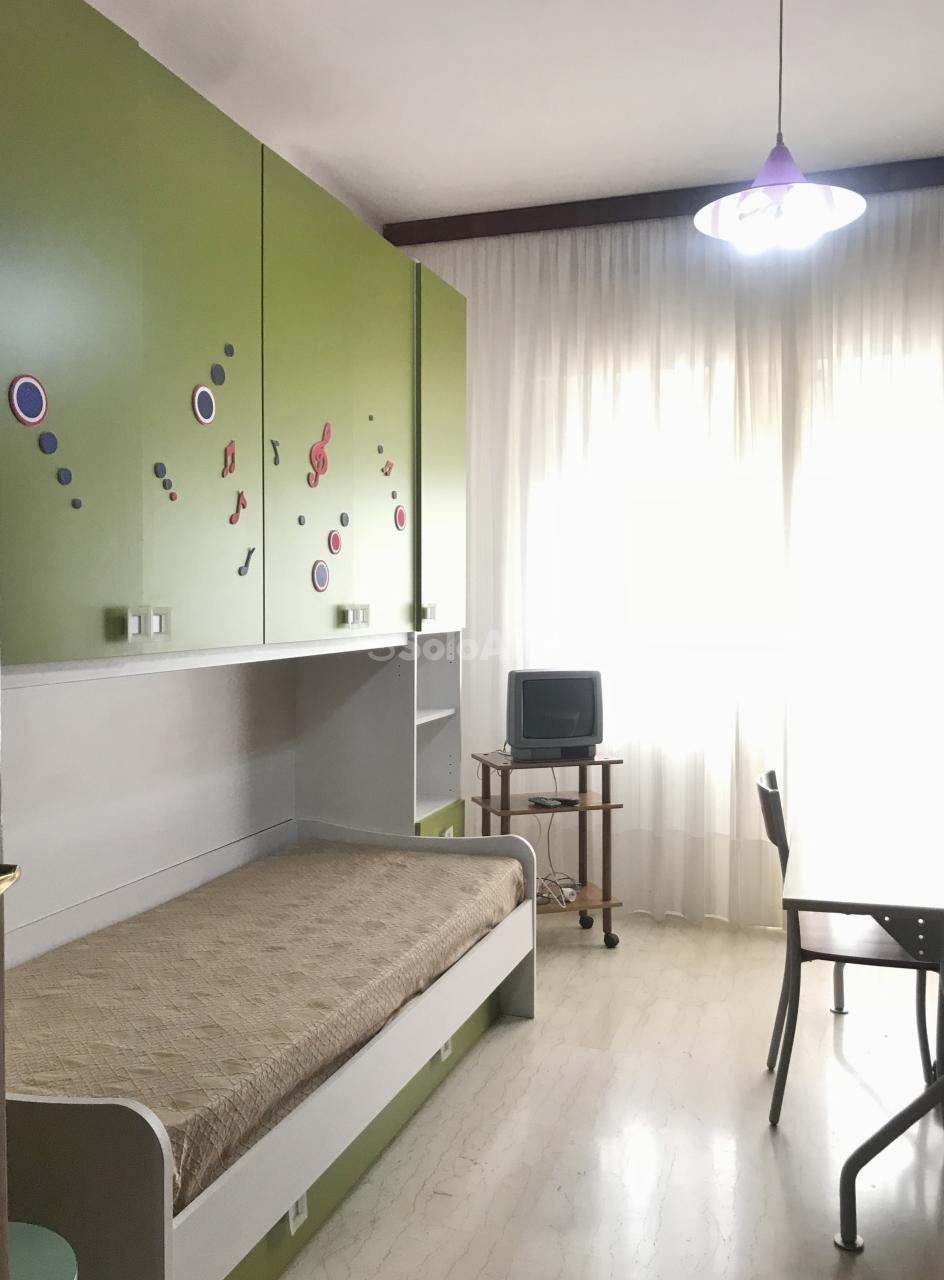 Stanza / posto letto in buone condizioni arredato in affitto Rif. 10100675