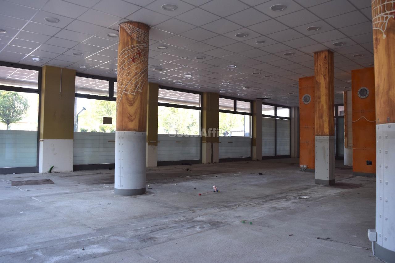 Fondo/negozio - Oltre 5 vetrine/luci a Mariano Comense Rif. 4134455