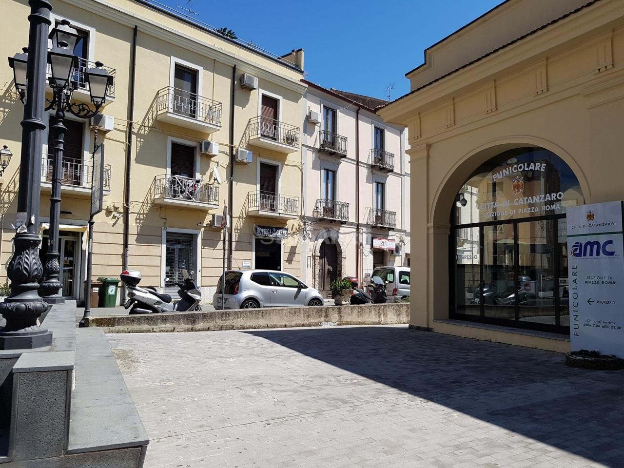 Fondo/negozio - 1 vetrina/luce a Centro storico, Catanzaro
