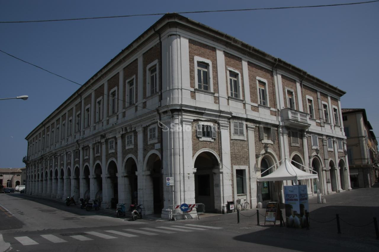Fondo/negozio - 2 vetrine/luci a Centro, Senigallia