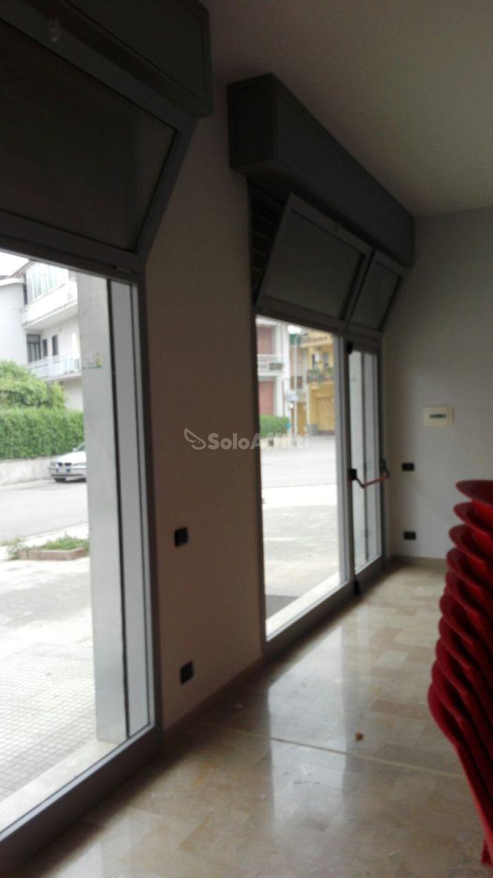 Fondo/negozio - 2 vetrine/luci a San Nicola la Strada Rif. 7924007