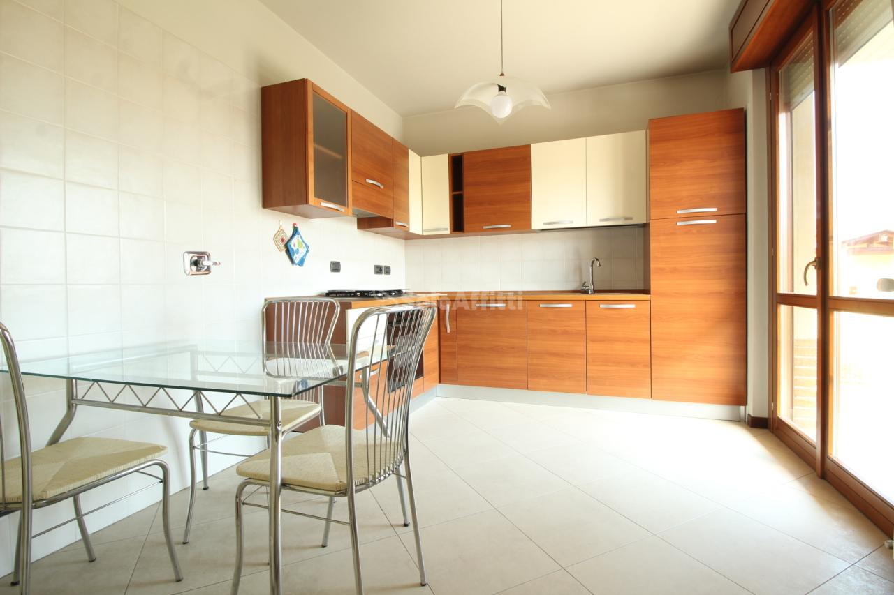 Quadrilocale in ottime condizioni arredato in affitto Rif. 10063114