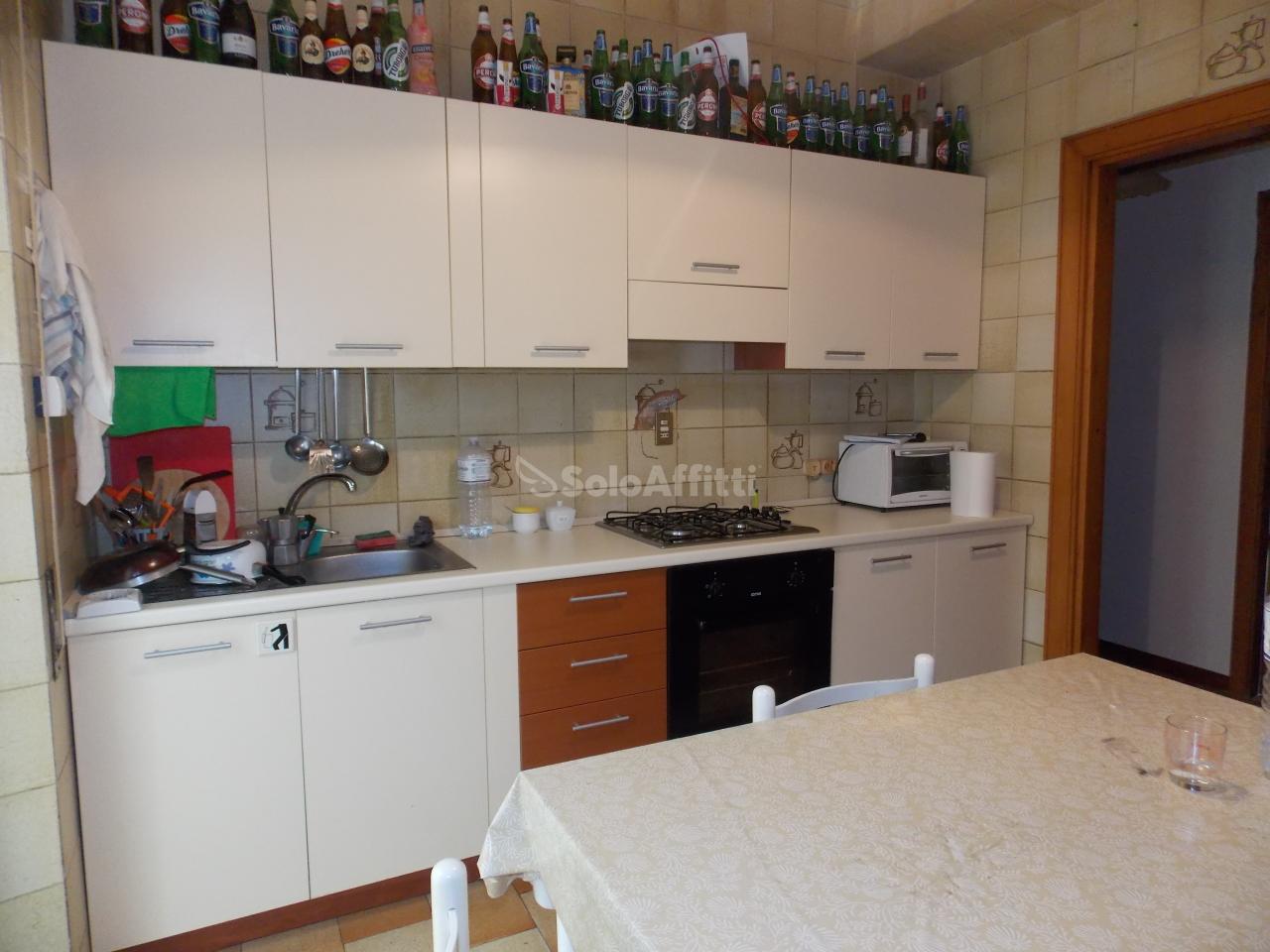 Stanza / posto letto in buone condizioni arredato in affitto Rif. 12171449