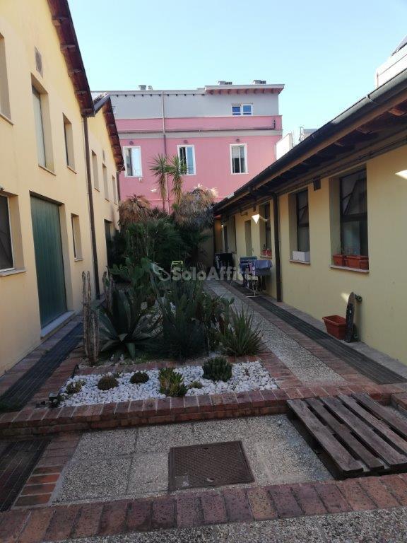 Appartamento in buone condizioni arredato in affitto Rif. 10404088