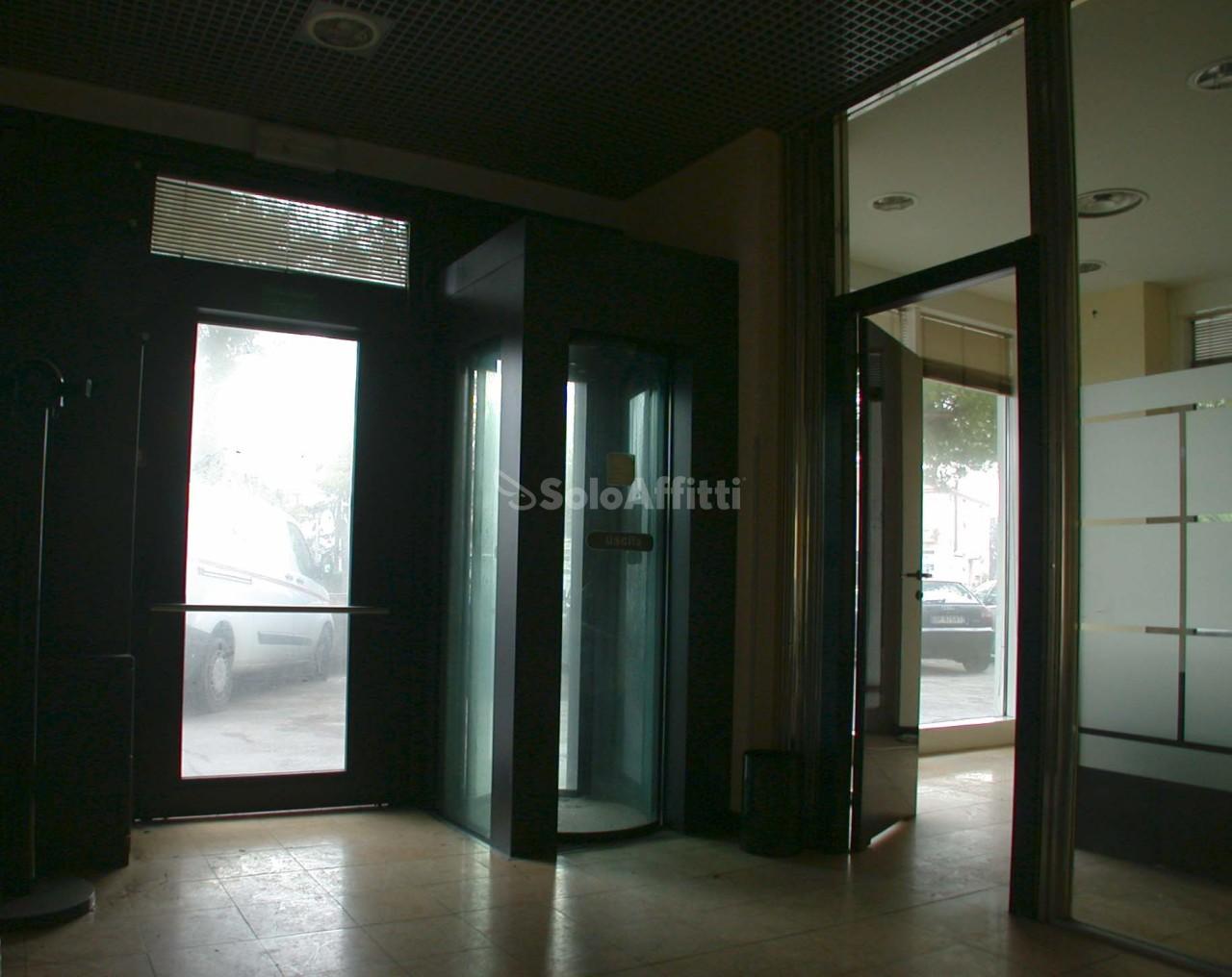 Fondo/negozio - Oltre 5 vetrine/luci a Pantano, Pesaro Rif. 4134912